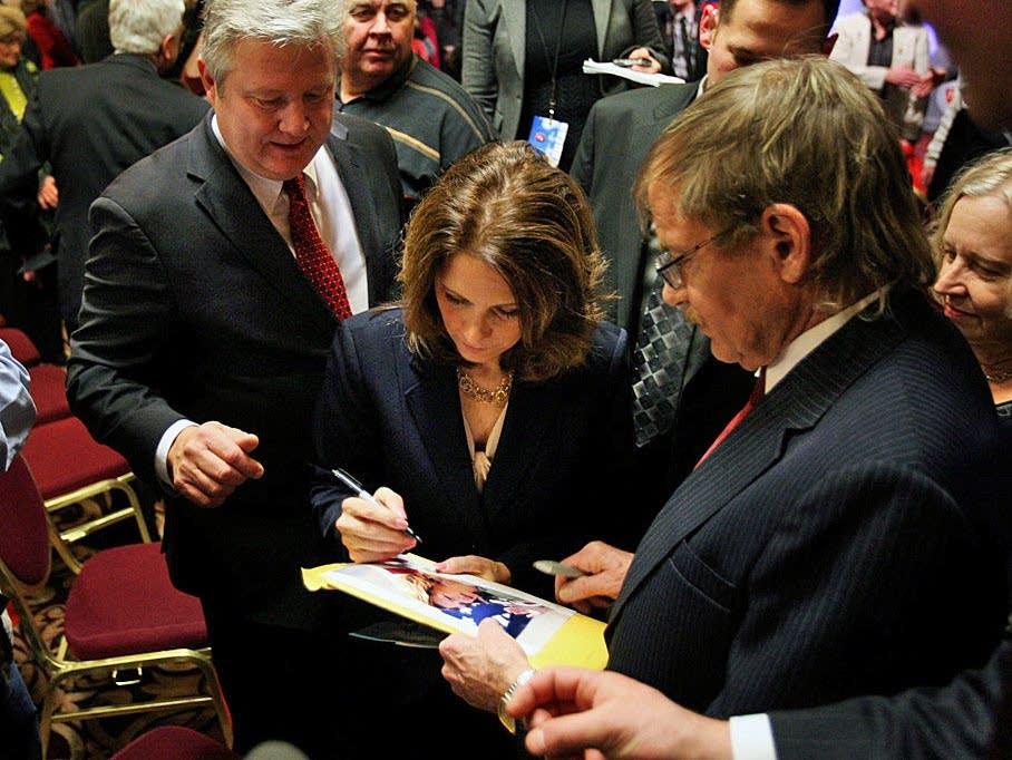 Bachmann signs autograph