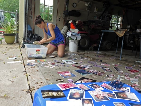 Jamie Willaert spreads out familyphotos to dry.
