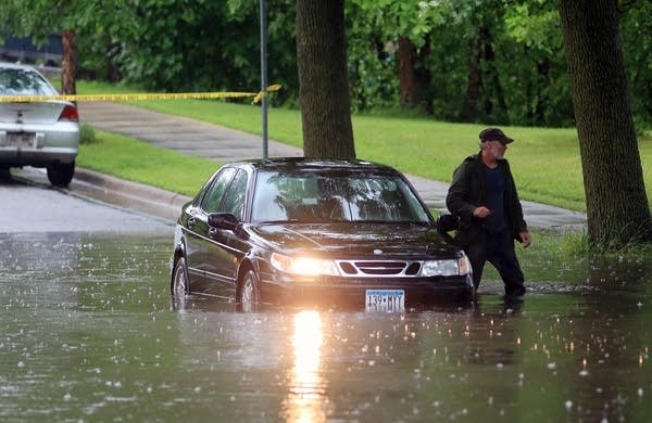 Flash floods stalls cars in Twin Cities