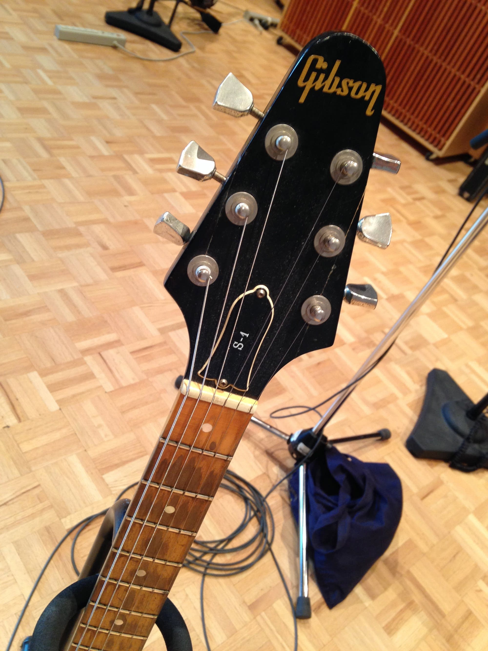 angel olsen gibson s 1 headstock