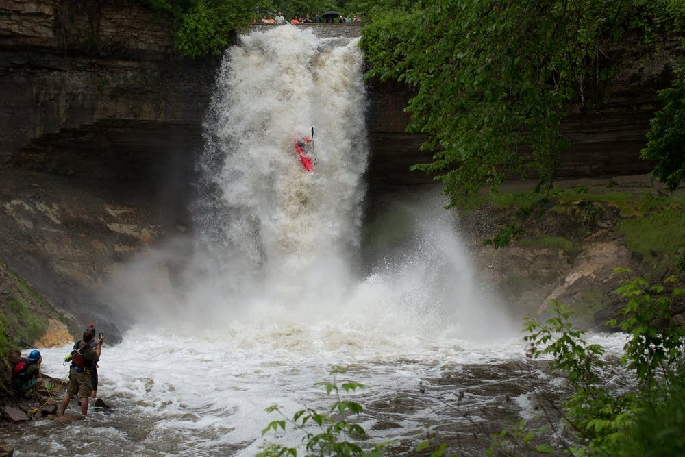 Kayaker braves raging Minnehaha Falls