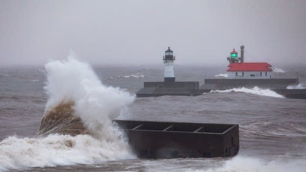December storm kicks up big waves in Duluth