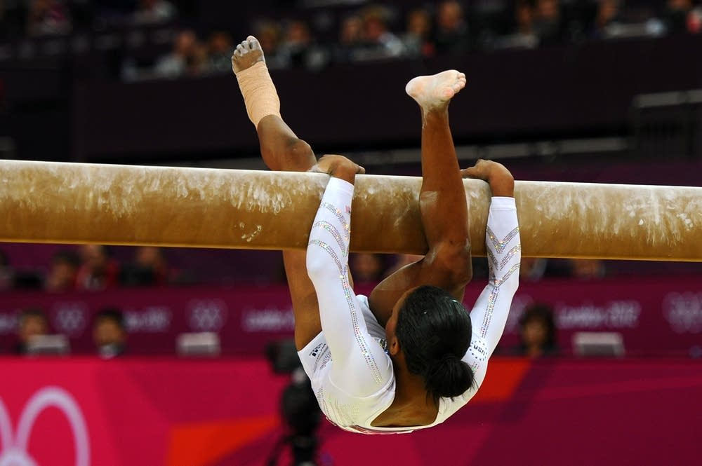 Gabrielle Douglas falls off the beam