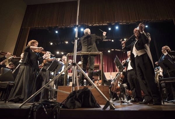Osmo Vanska conducts the U.S. and Cuban anthems