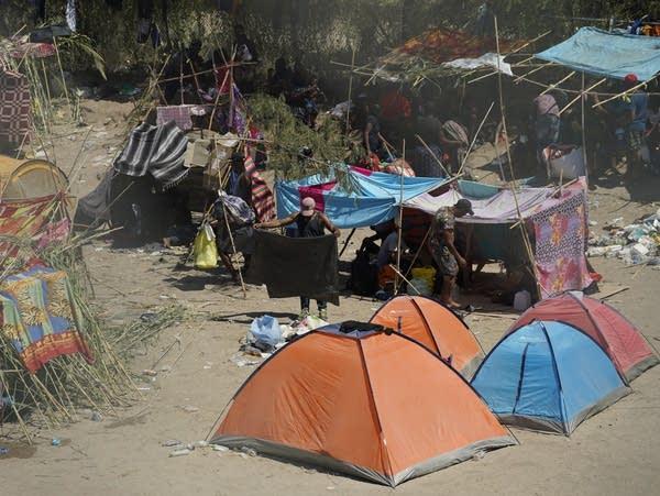 Migrants set up makeshift camps