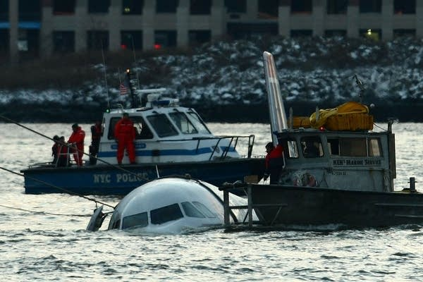 Passenger jet crashes into Hudson River