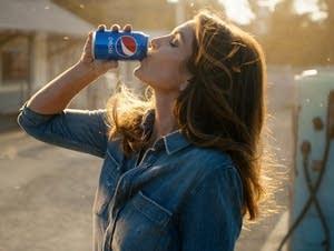 Cindy Crawford recreates her iconic Pepsi ad.