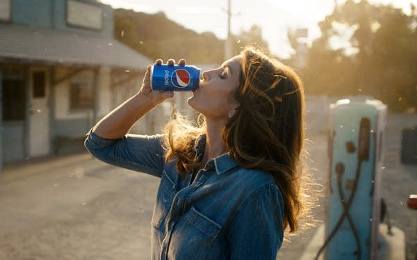 Cindy Crawford recreates her iconic Pepsi ad.