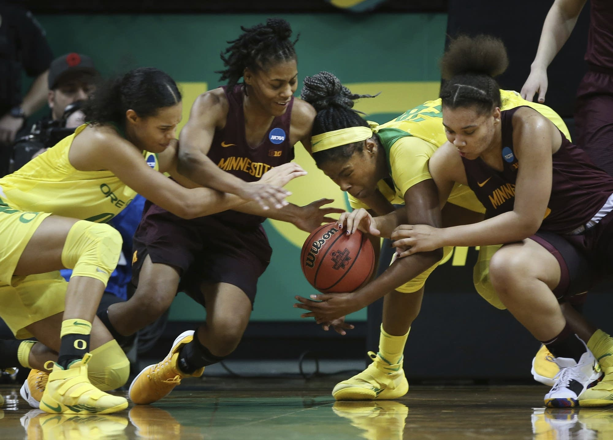 Ionescu's 29 points lead Oregon women past Minnesota, into Sweet 16