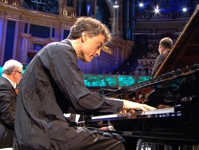 B2e877 20180813 paul lewis performs at the 2018 bbc proms