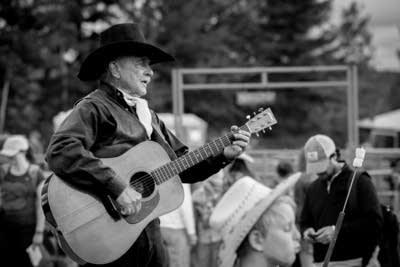 E73d09 20140715 singing rodeo cowboy
