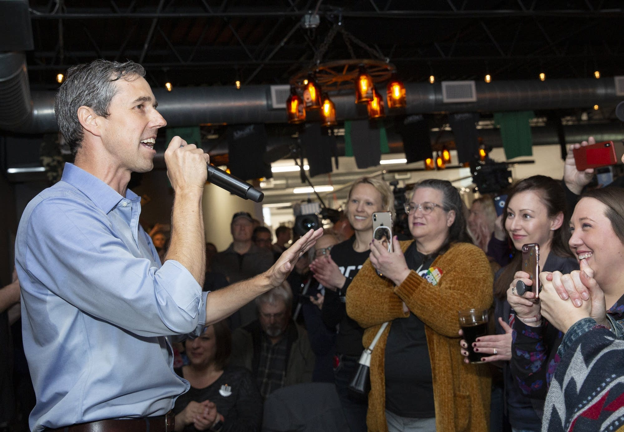 Democratic presidential candidate Beto O'Rourke speaks to a crowd.
