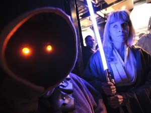 A Jawa and a Jedi knight wait for their entry.
