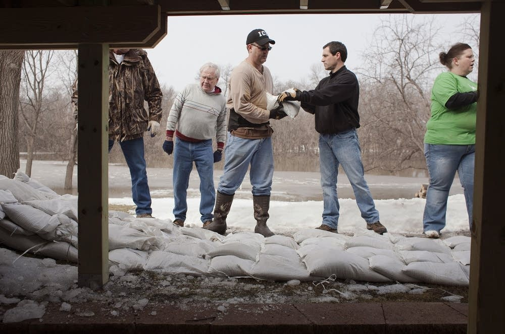 Building sandbag dike