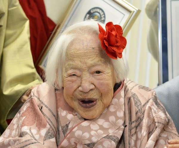 фото красивая бабушка дает сисю внуку