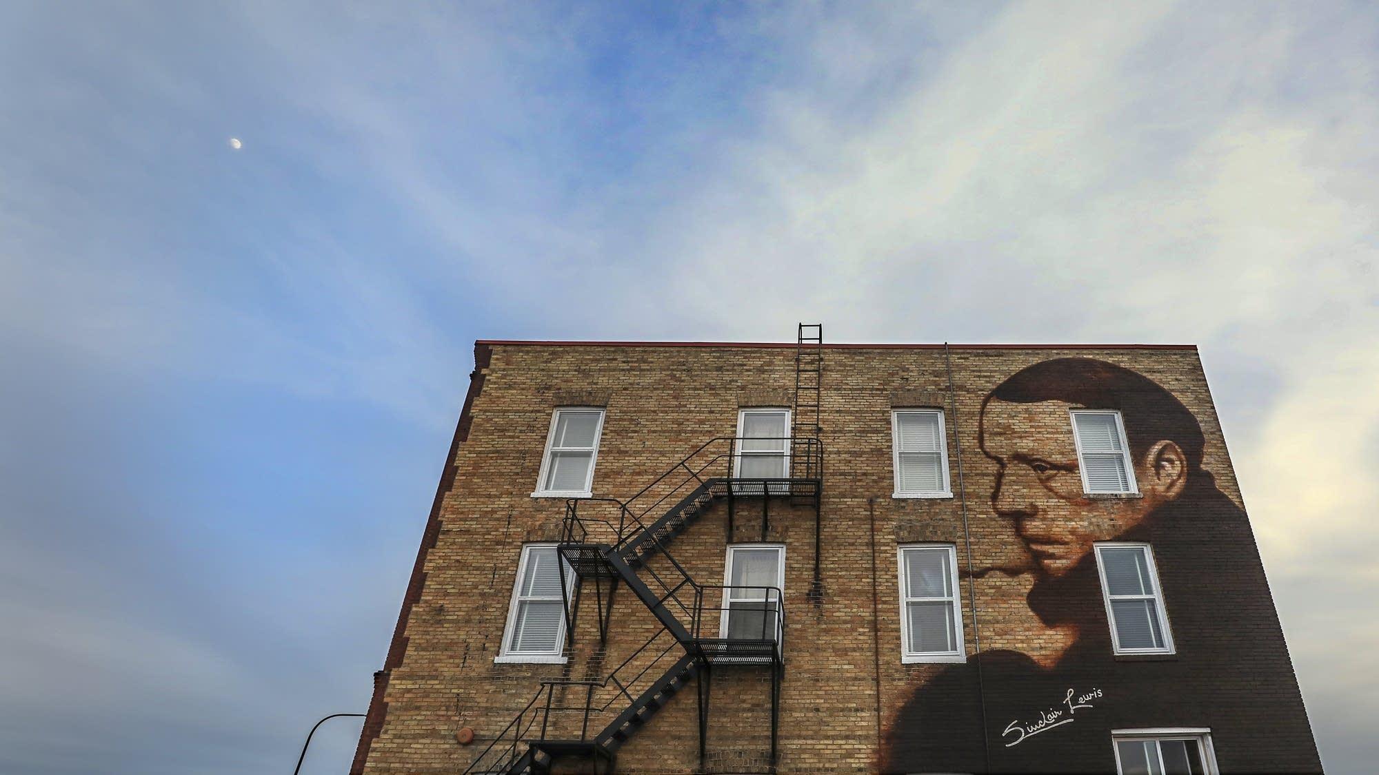 A mural of Sinclair Lewis adorns the Palmer House.