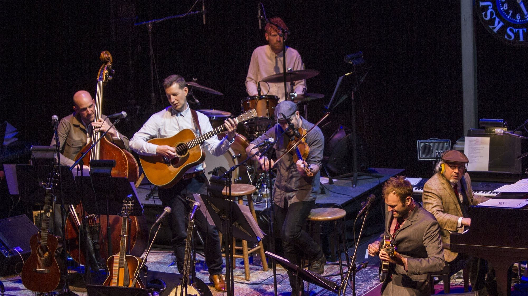 Chris Thile and the band welcome the audience.