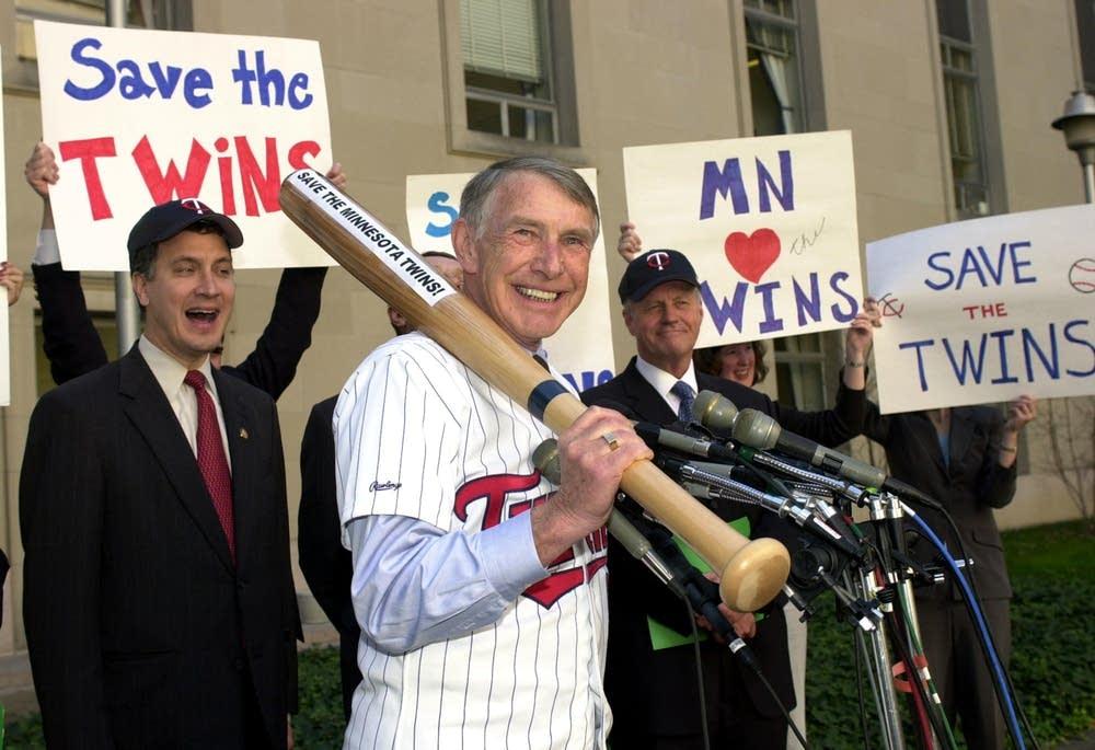 Rep. Sabo calling on MLB to save Twins team, 2001.