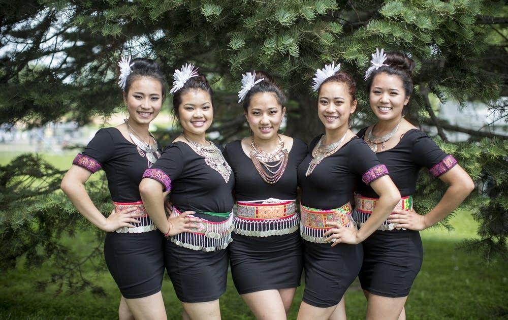Dancers from Ntxhais Tshwj Xeeb