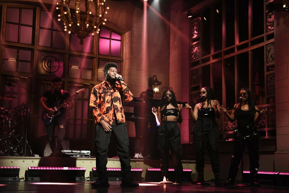 Khalid performs on 'Saturday Night Live'