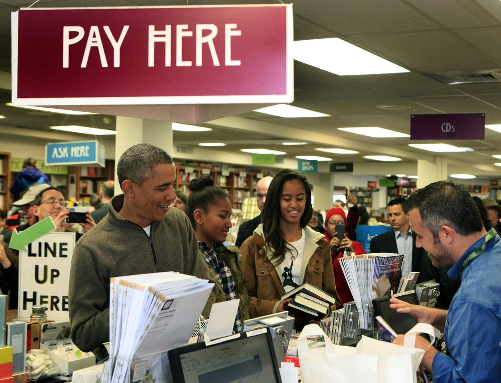 Obama visits a Washington, DC bookstore