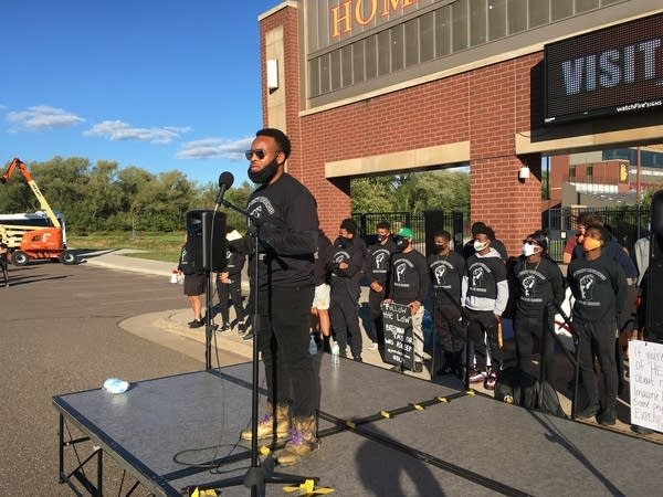 Man speaks from stage in Duluth