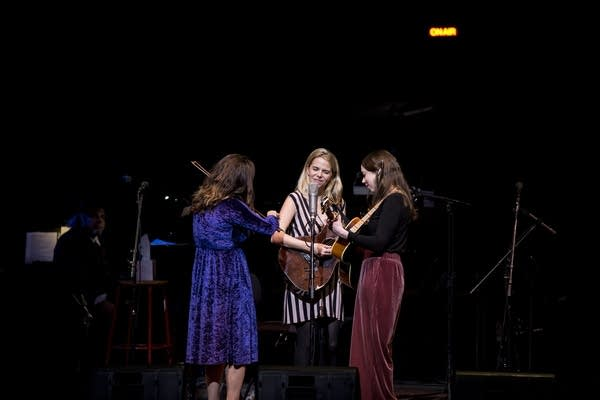 Little Lies- I'm With Her (Sara Watkins, Sarah Jarosz and Aoife O'Donovan)