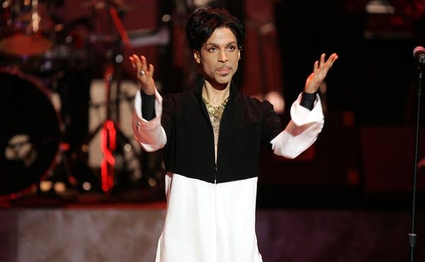 Prince receives Vanguard Award.
