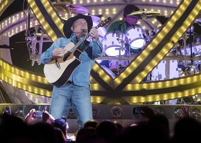 5c44dc 20160928 garth brooks