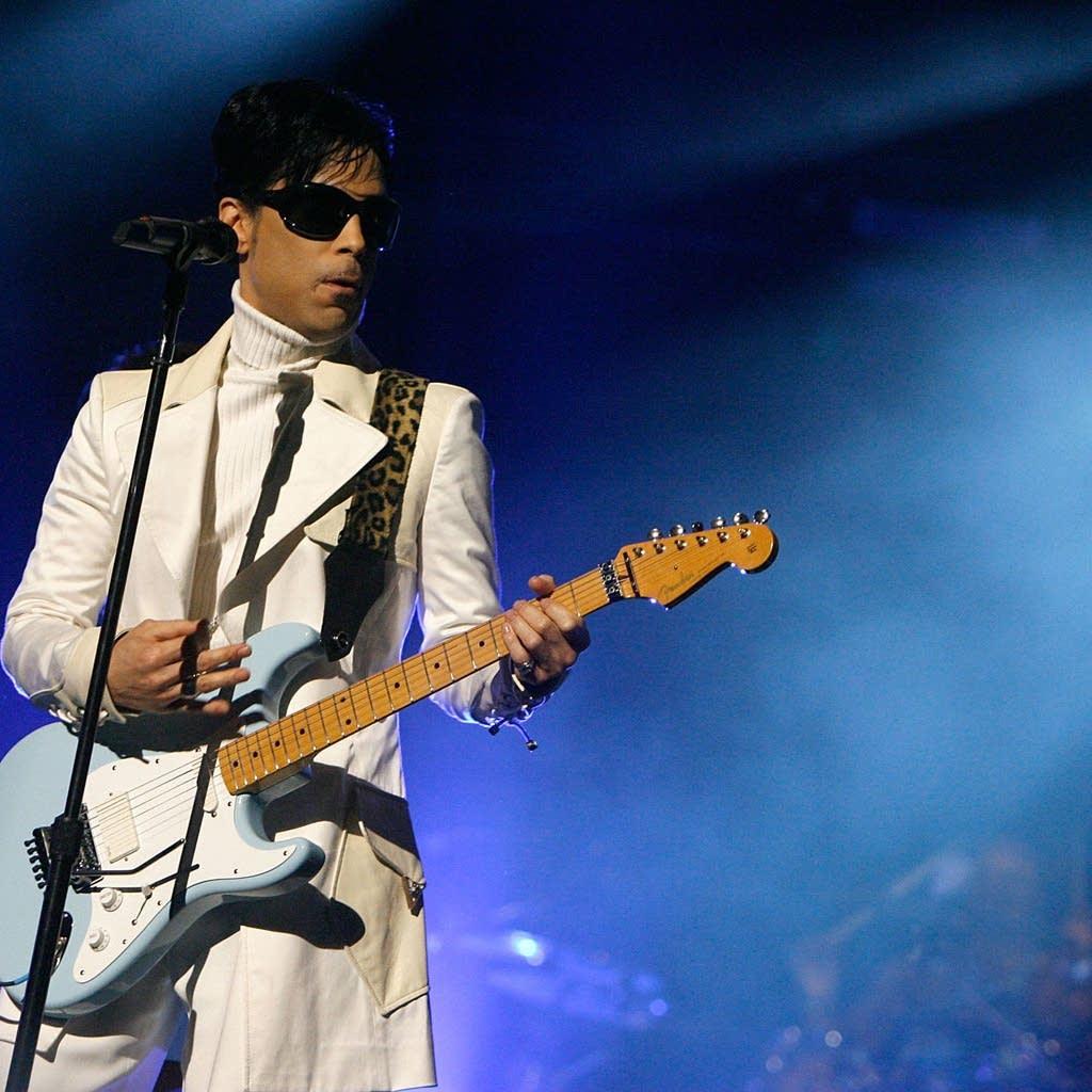 Prince performs at 2007 NCLR ALMA Awards