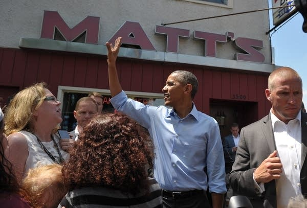 Obama eats a jucy lucy at Matt's