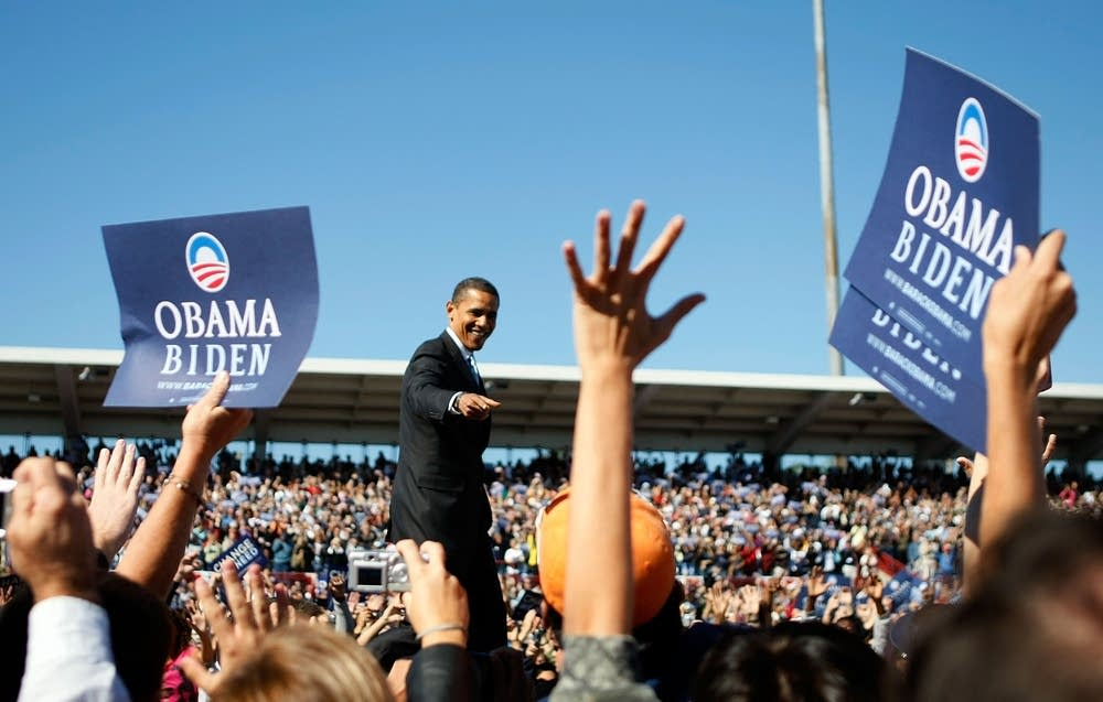 Obama waves at supporters in Florida