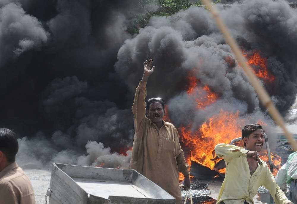 Rioting Pakistani demonstrators gesture