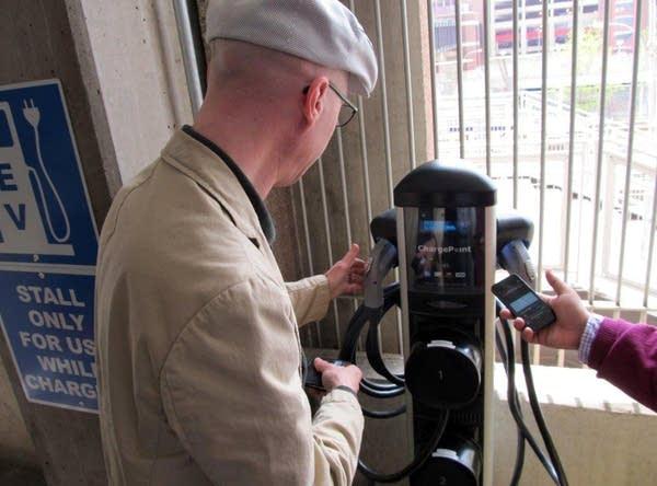 Mark Hanson demonstrates charging his car.