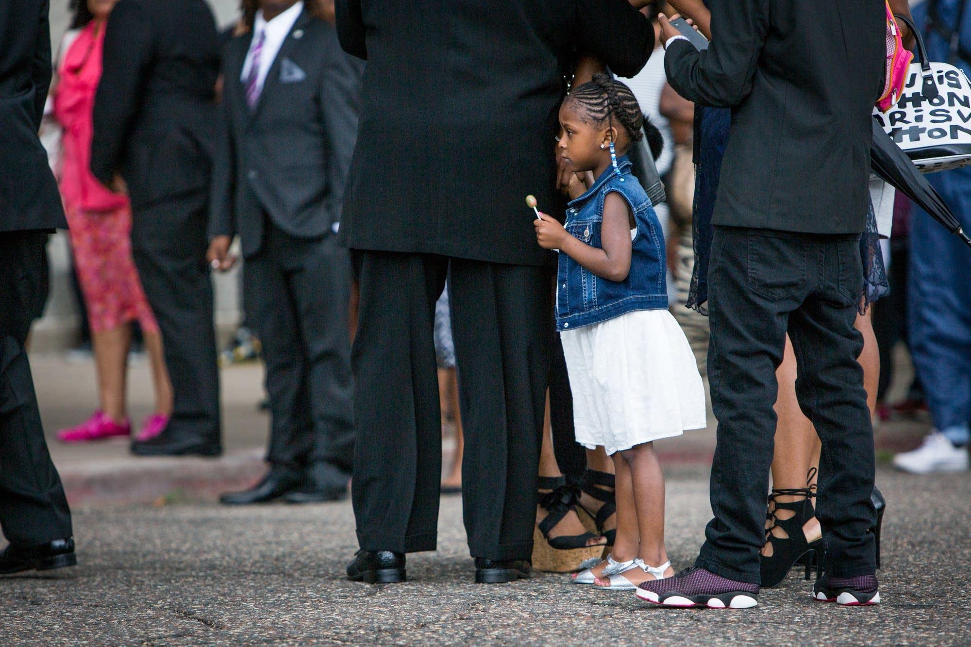 Diamond Reynolds' daughter holds her hand