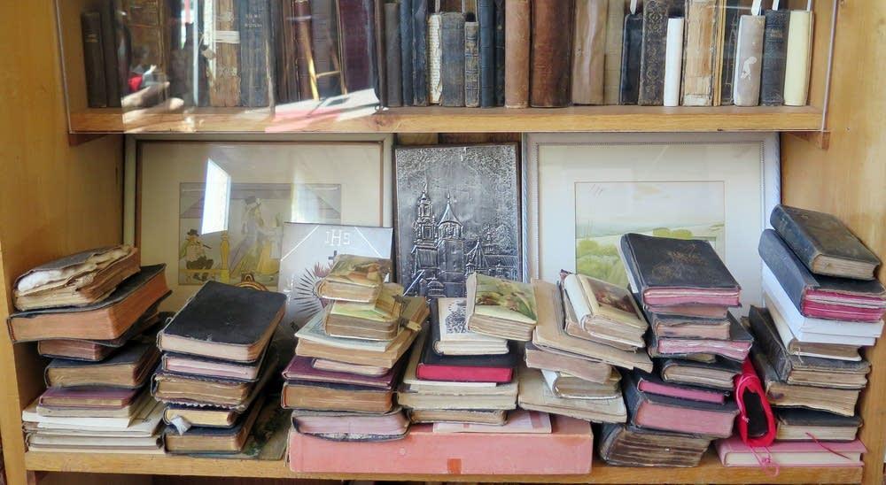 Many Polish immigrants carried prayer books.