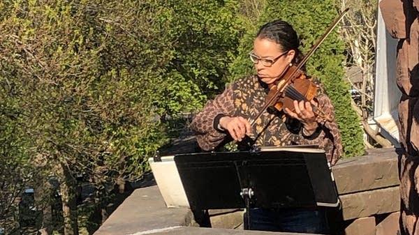 Violinist Emilia Mettenbrink